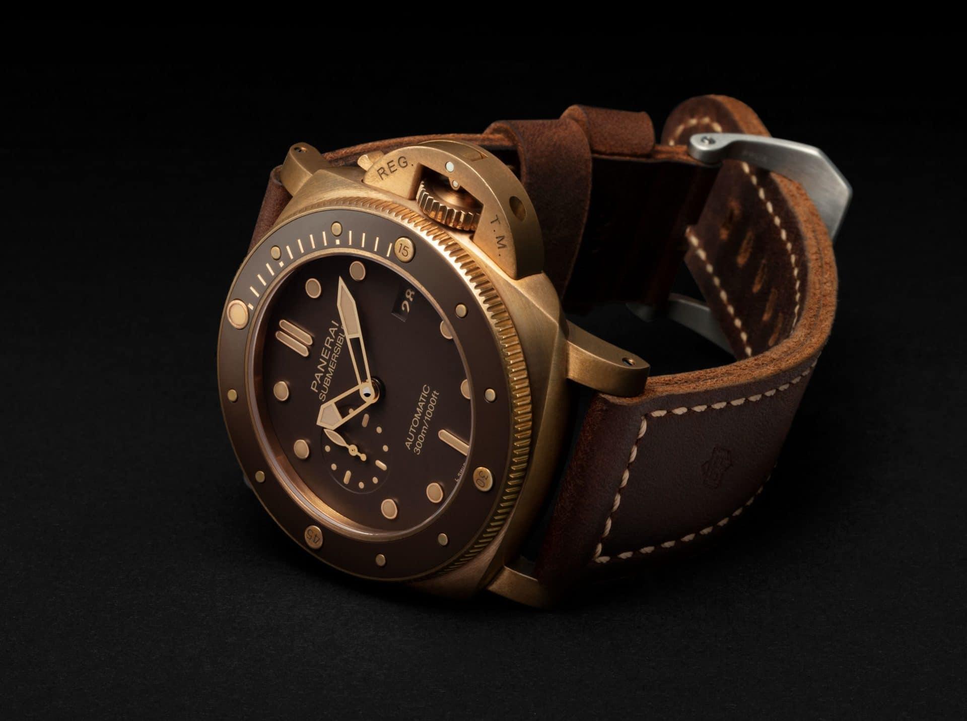 Die Panerai Submersible mit braunem Zifferblatt passt ideal zum warmen Bronze-Ton.