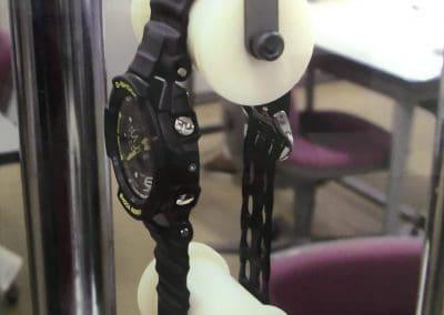 Die Spannungsprobe der G-Shock Armbänder in der Test-Apparatur
