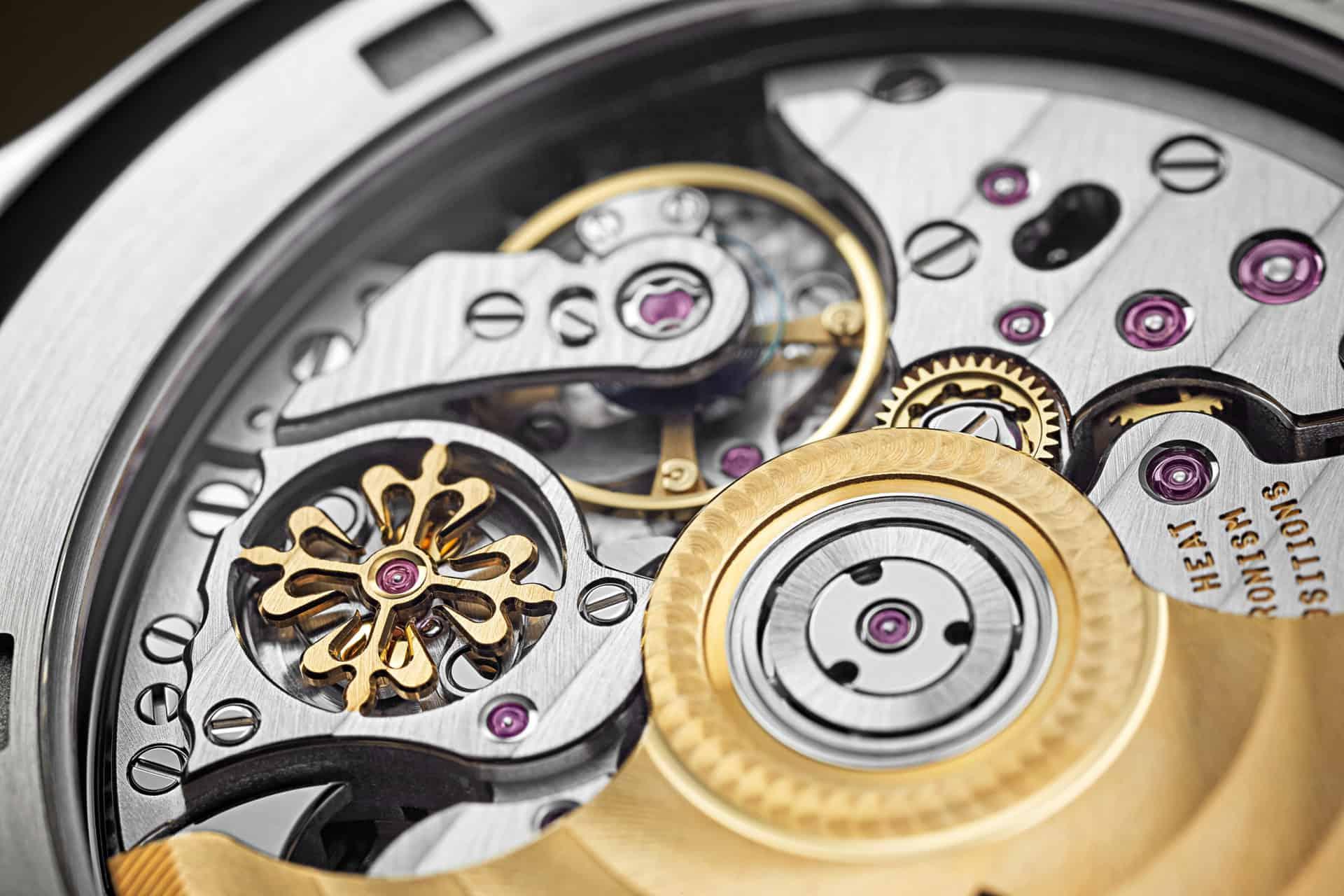 Das Signet von Patek im edlen Kaliber der Patek Travel Time 5520 mit goldenem Rotor