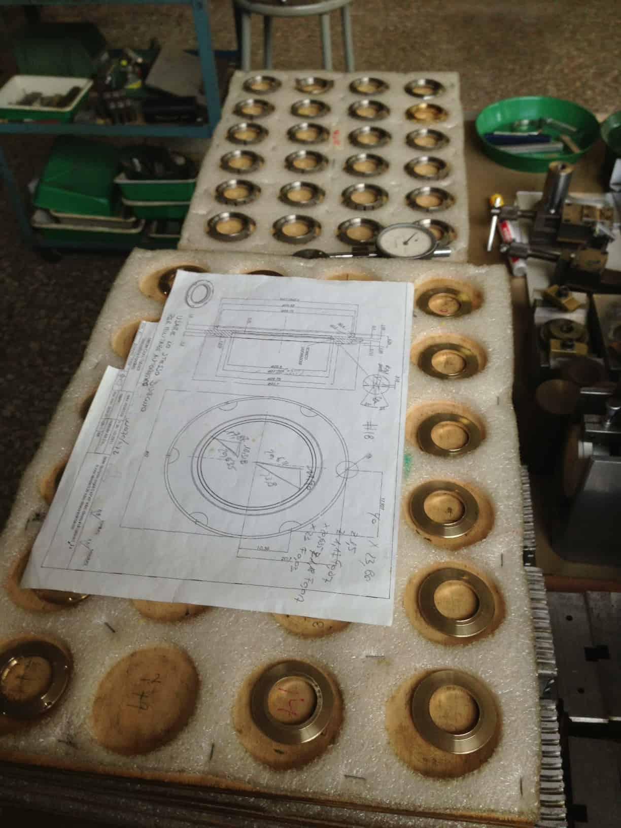 Die Rohwerke-Bestandteile aus Kupfer bei der Herstellung der Anonimo-Uhren