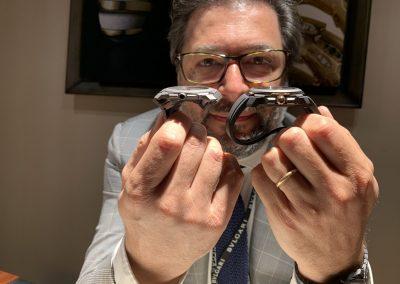 Guido Terreni Bulgari Uhren CEO Chef zeigt die flache Bauweise der Bulgari