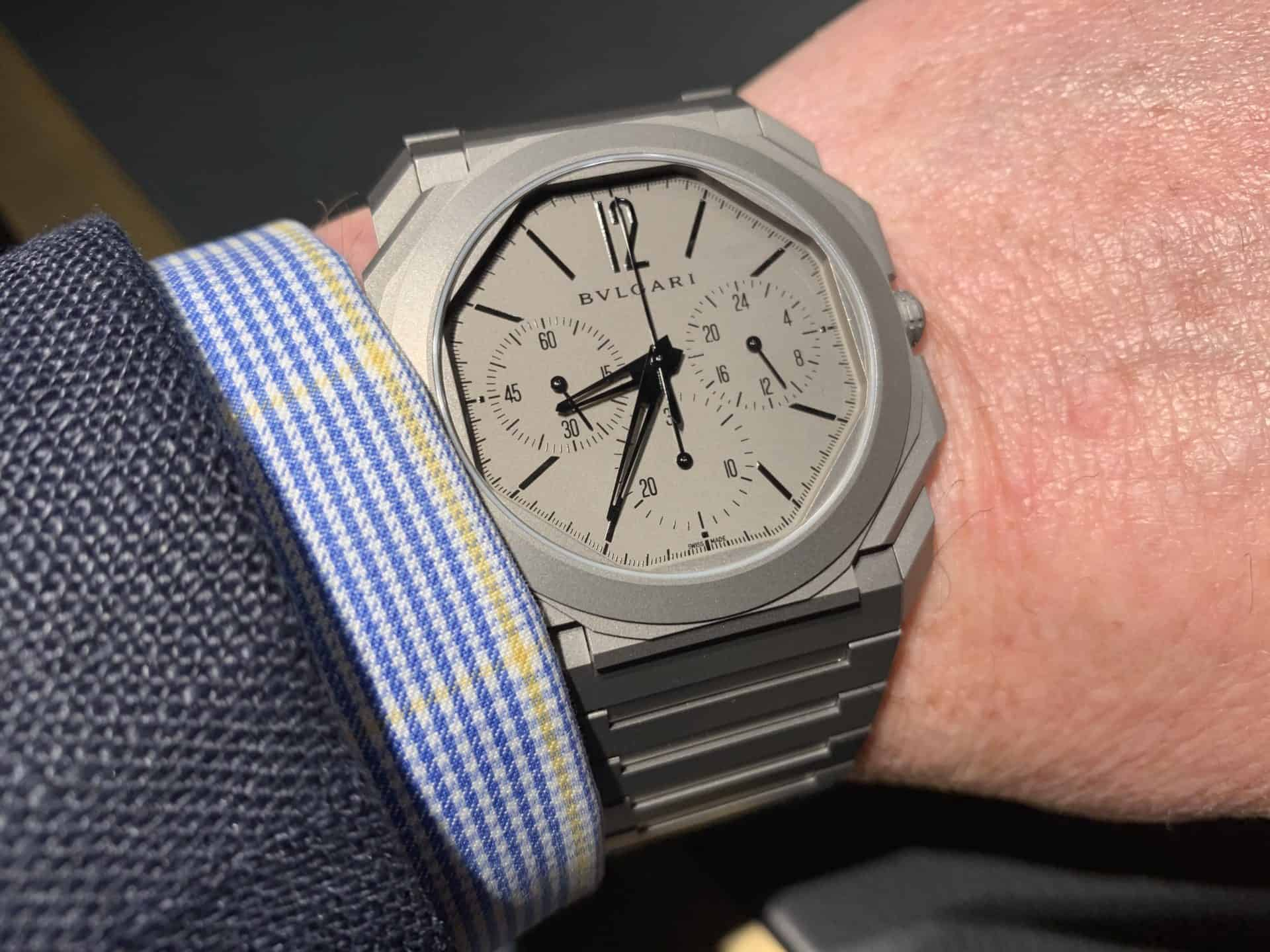 Der GMT Chronograph Octo Finissimo von Bulgari am Handgelenk getragen