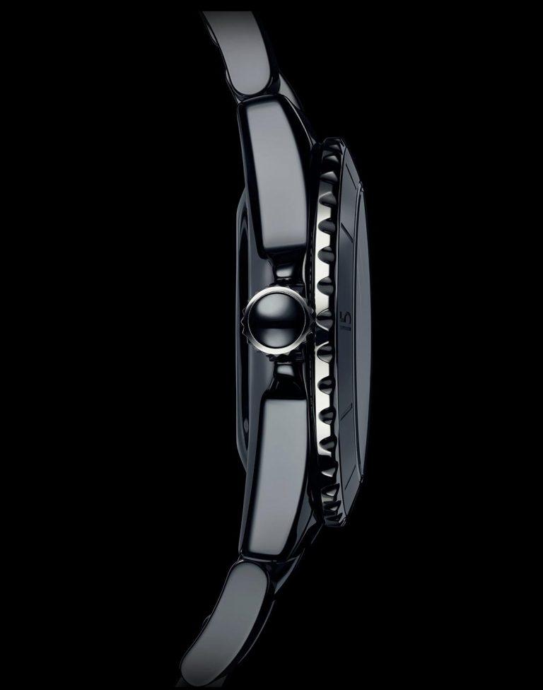 Das Gehäuse der J12 ist etwas größer und höher, aber auch die Glieder des Armbands wurden weiterentwickelt