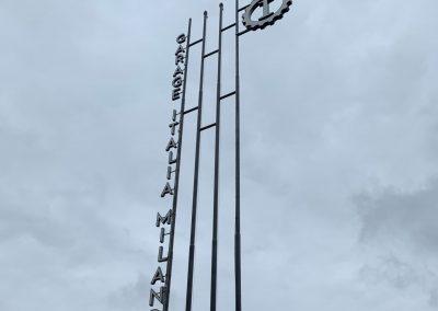 In Mailand steht das berühmte Logo mit dem Zahnrad und dem großoen I in der Mitte