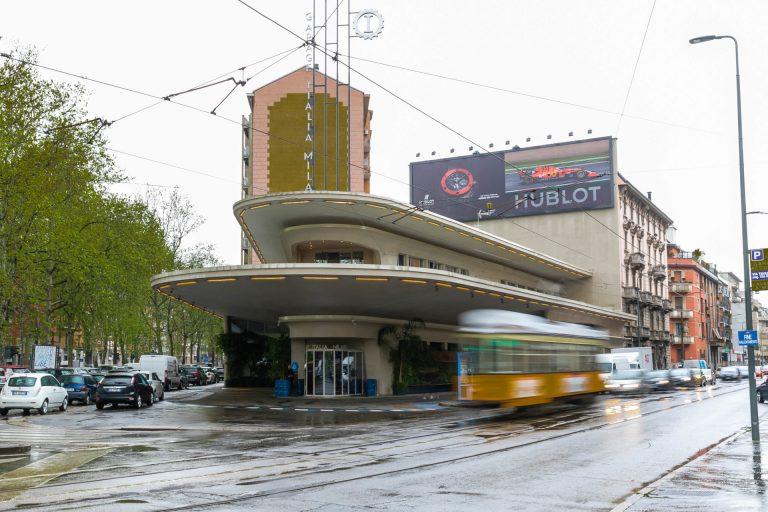 Die passende Location für das Garage Italia Designbüro - die renovierte Tankstelle in Mailand mit den geschwungenen Dächern