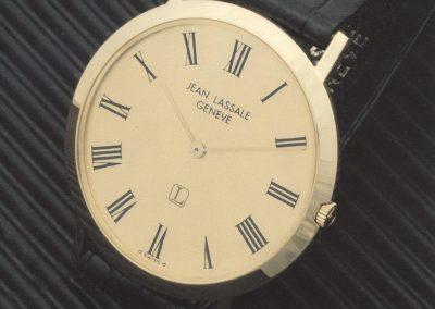 Die goldene flache Armbanduhr von Jean Lassale