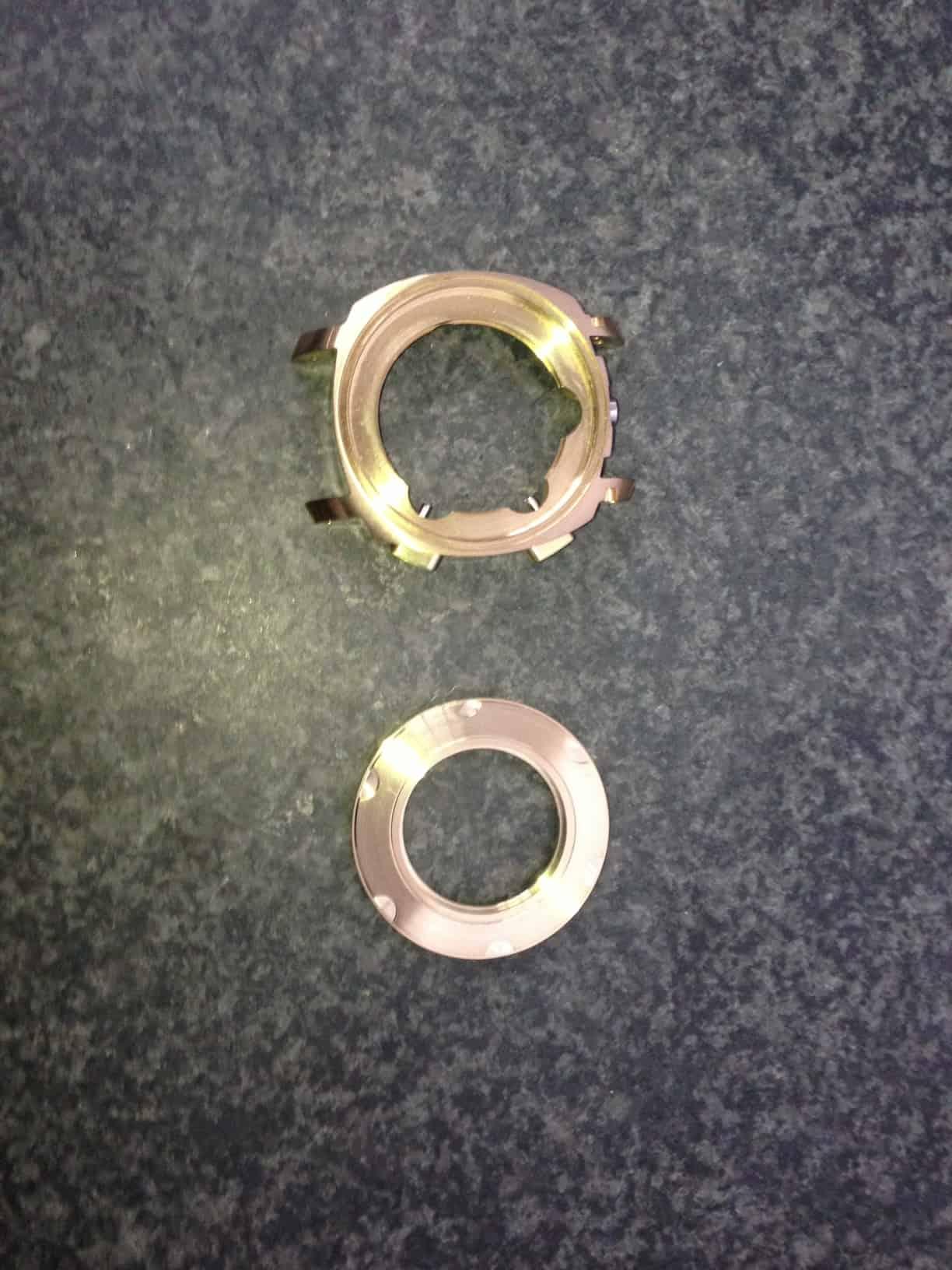 Das Gehäuse und der Unterboden der Militare Armbanduhr aus Bronze