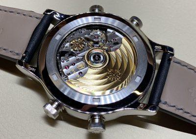 Das hochkomplizierte Werk der Patek Travel Time ist reich verziert und veredelt. Der Rotor ist aus Gold.