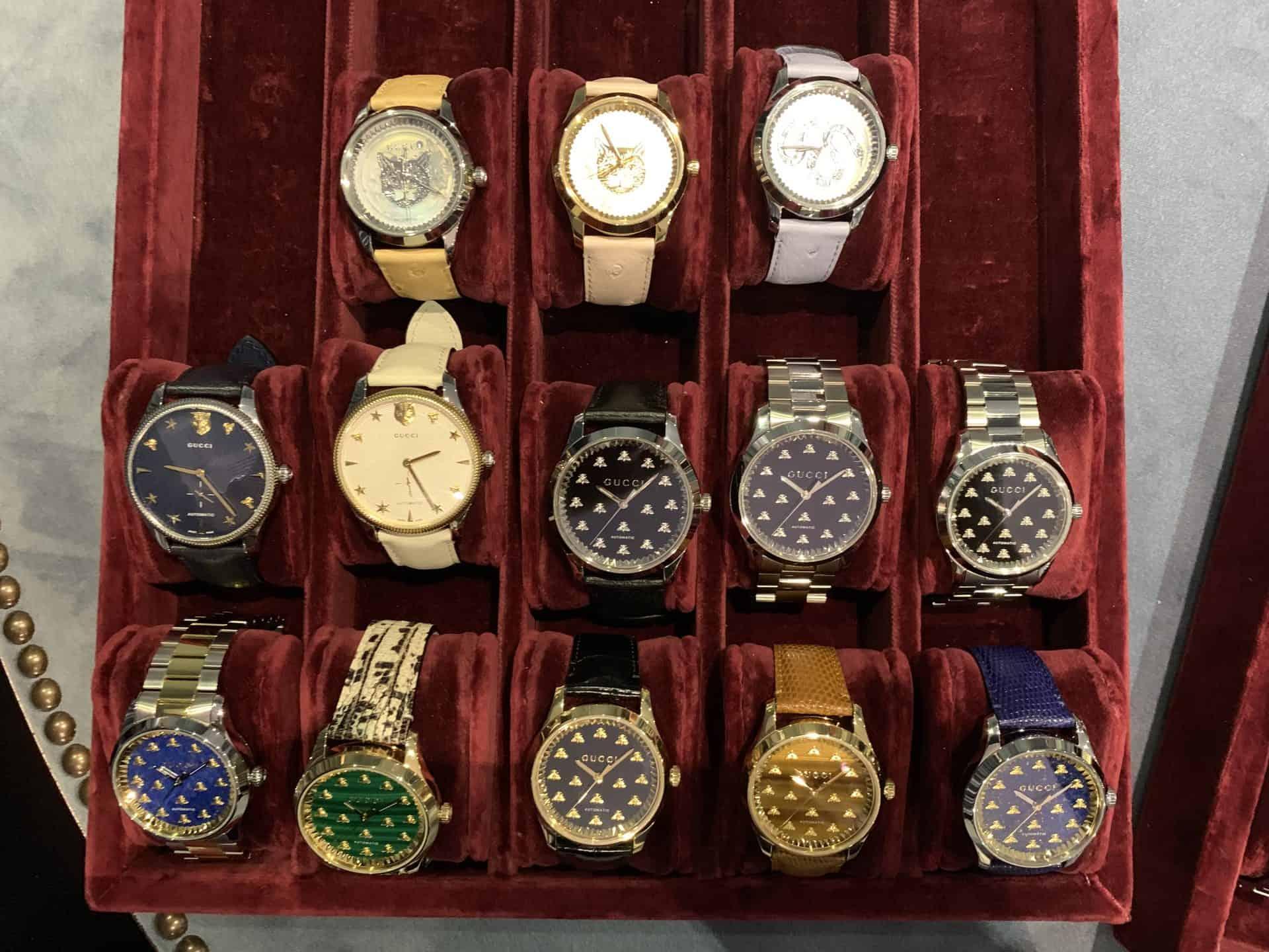Gucci bietet auch eine breite Auswahl von Uhren mit klassischer Zeitanzeige und schnell identifizierbarer Marke