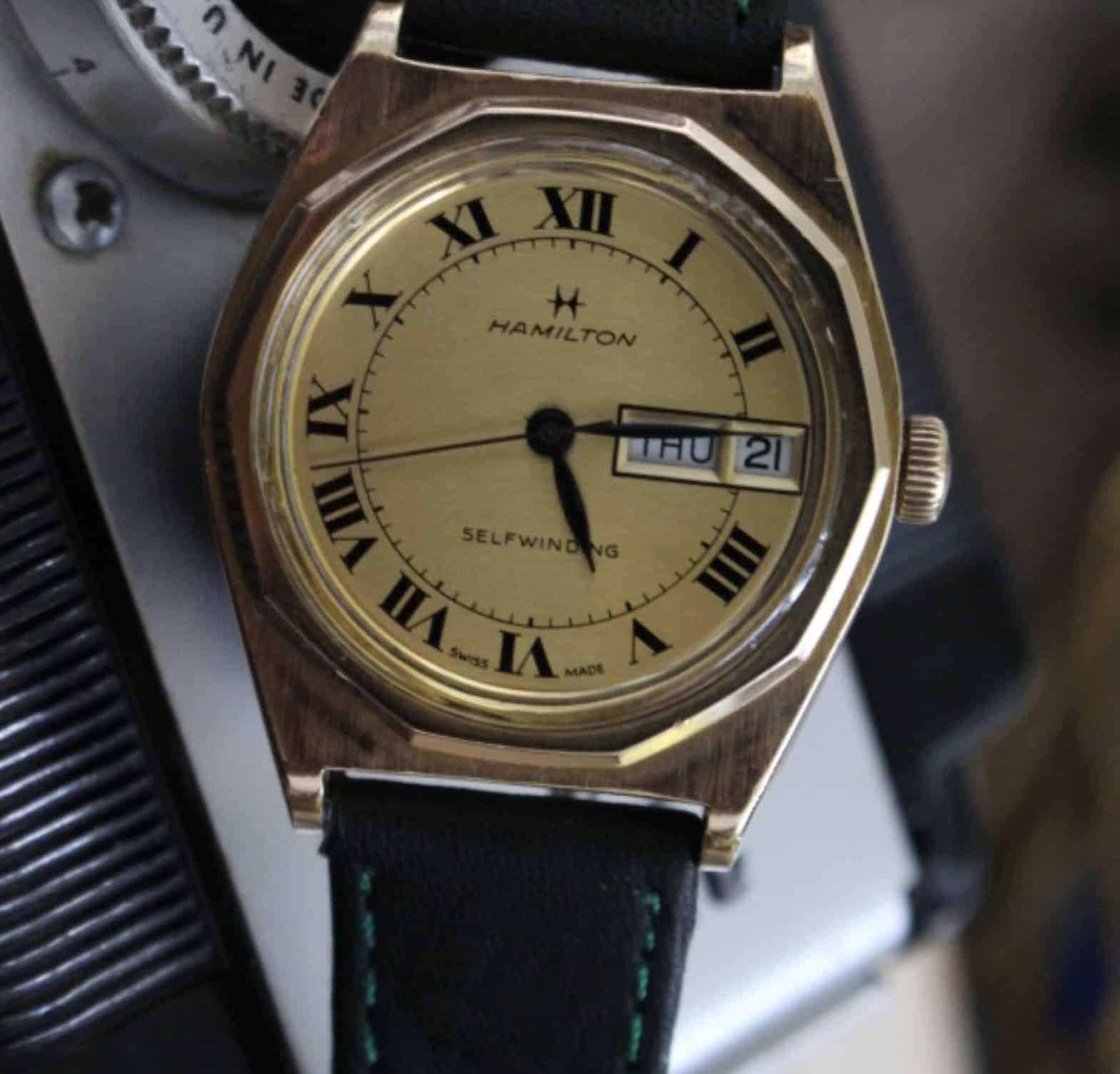 Die alte Automatik-Uhr von Hamilton kombiniert die Gestaltungselemente von Gérald Genta. Kreis, Achteck und Tonneau-Gehäuse.