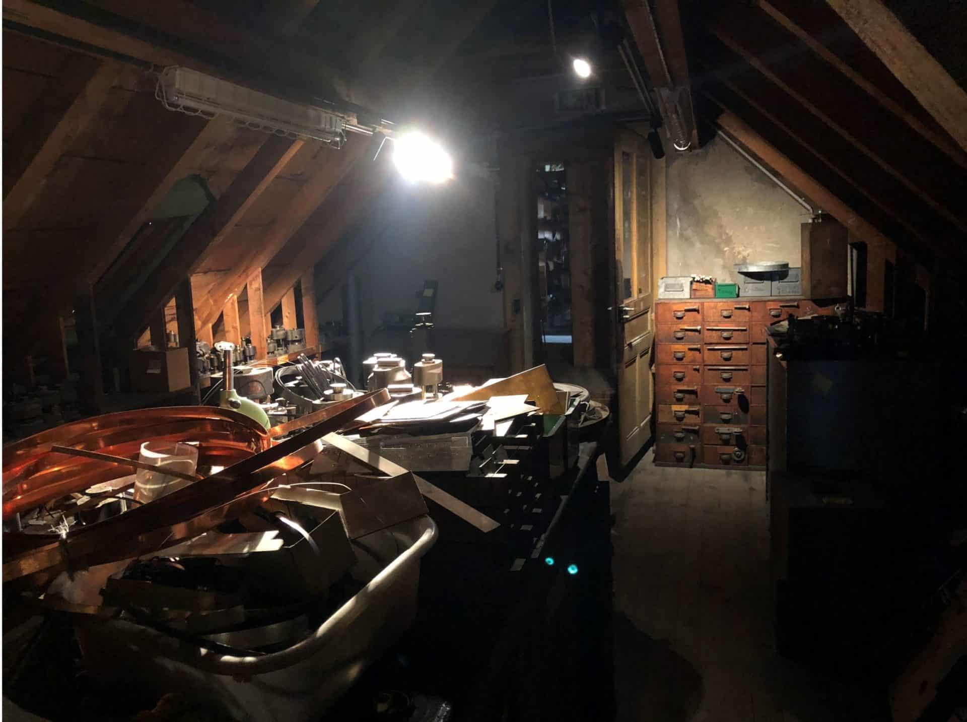 Der dunkle und verwinkelte Dachboden der alten Zenith Uhrenmanufaktur