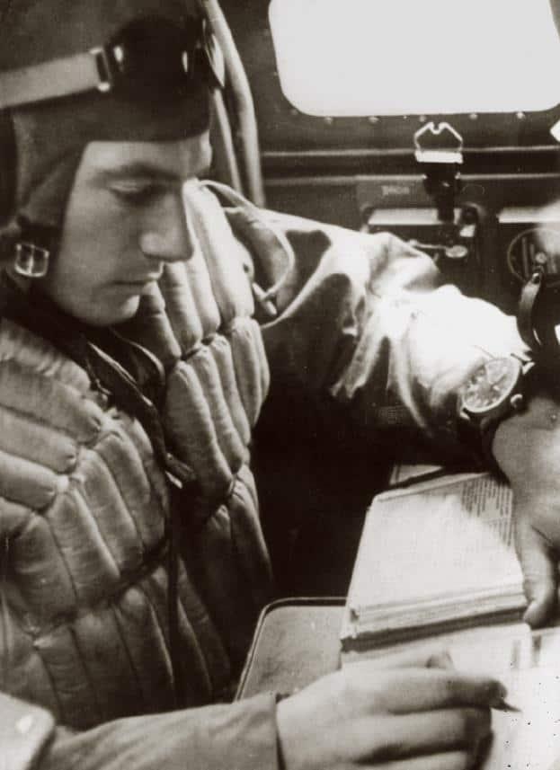 Pilot bei der Navigation mit einer IWC Fliegeruhr