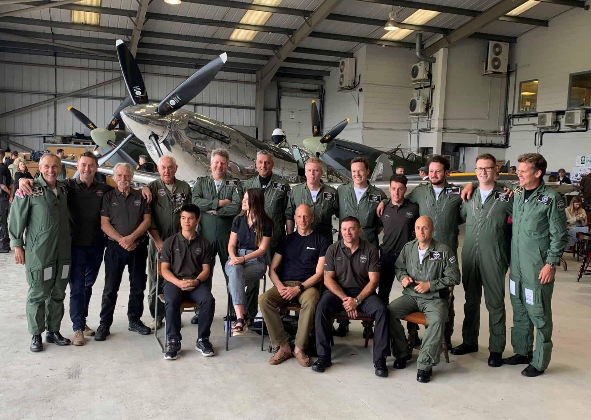 Mechaniker und Piloten des Silver Spitfire Teams