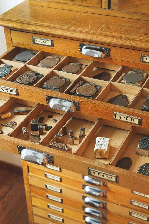 Die vielen Schubladen des Minerva-Archivs in Villeret.