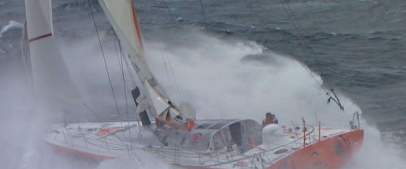 Eine Segelyacht der Vendee Globe Regatta in schwerer See