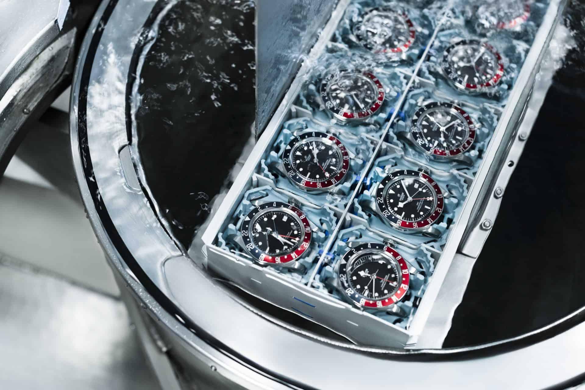 Die Wasserdichtigkeitsprüfng der Uhren im Wasserdrucktank