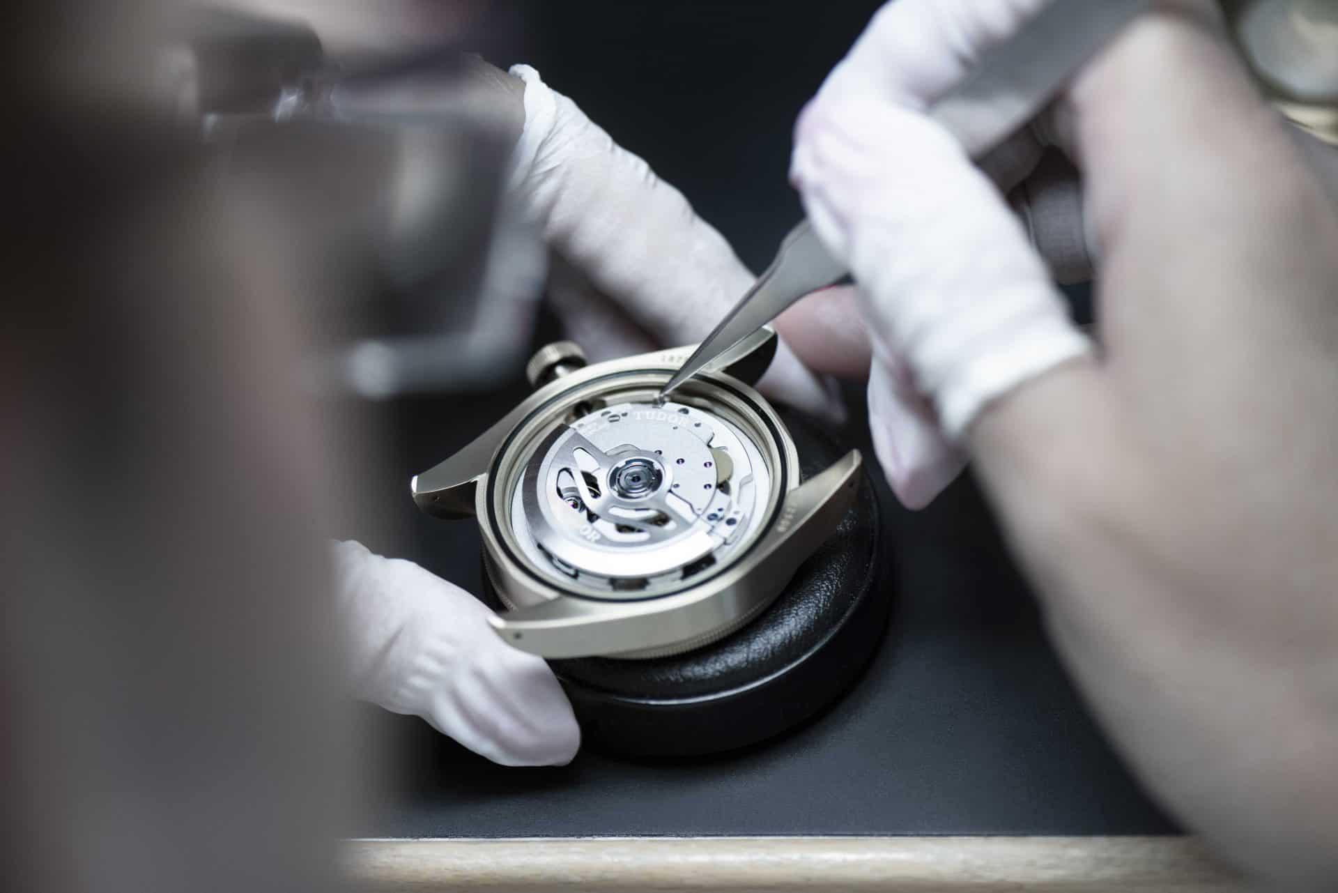Das Einschalen des Uhrwerks in das Gehäuse bei Tudor