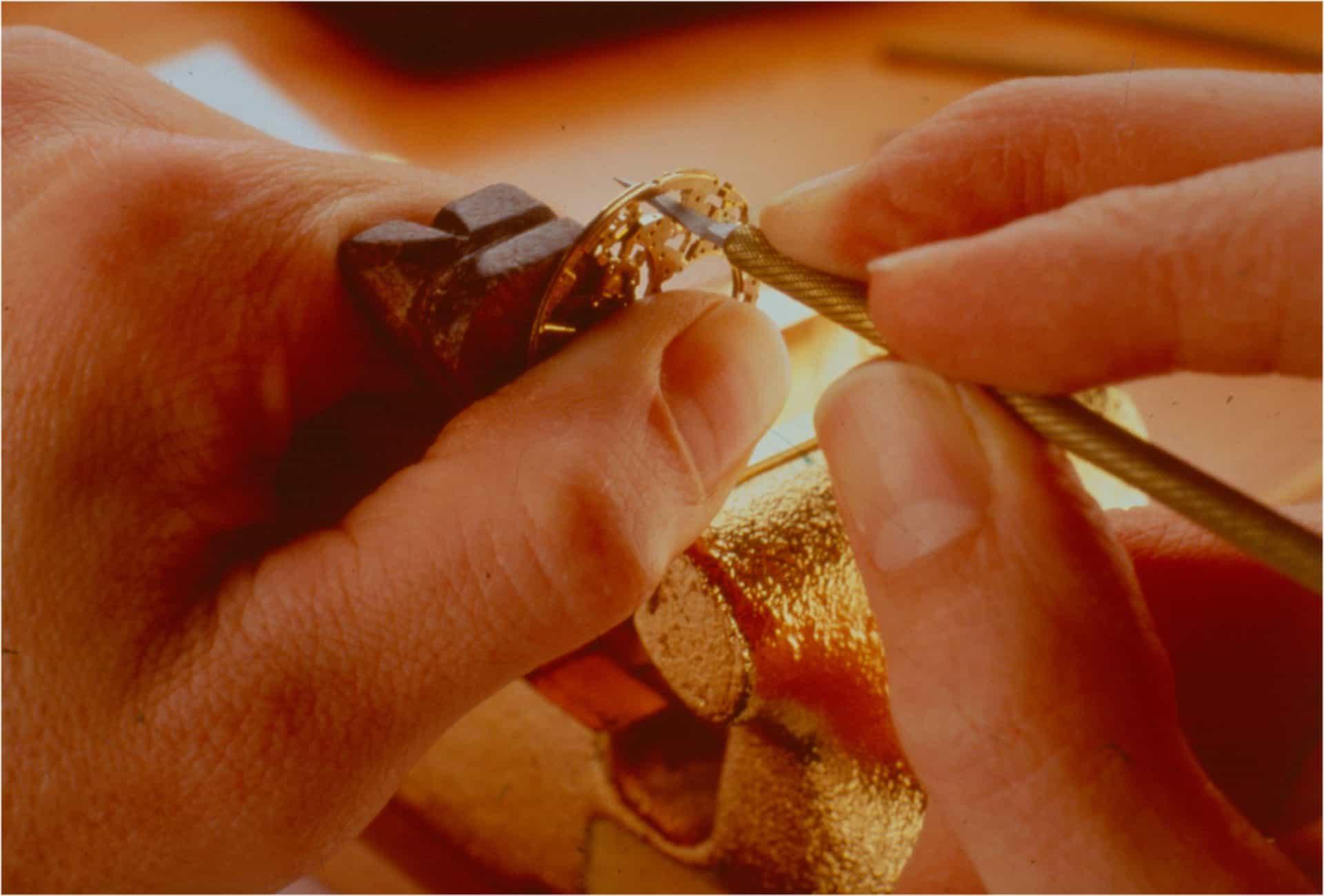 Das Entnehmen von Metall beim Skelettieren geschieht auch mit einer kleiner Säge