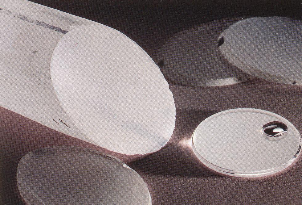 Gläser oder Gehäuse werden vom Saphirblock abgetrennt und weiterverarbeitet