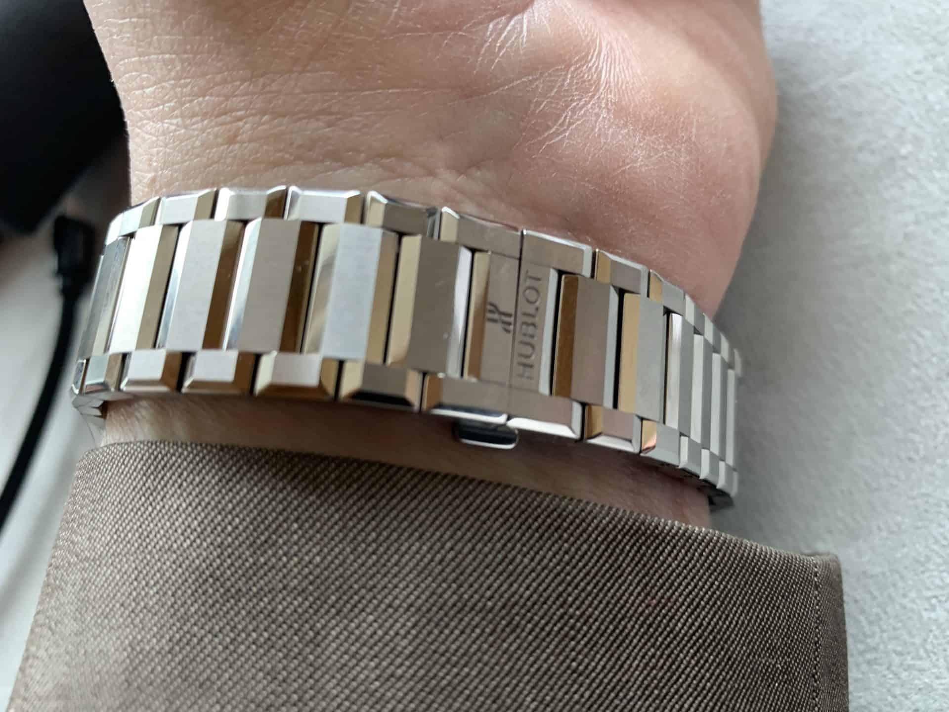 Das Metall-Armband der Big Bang Integral verjüngt sich nicht, sondern bleibt breit in der Form