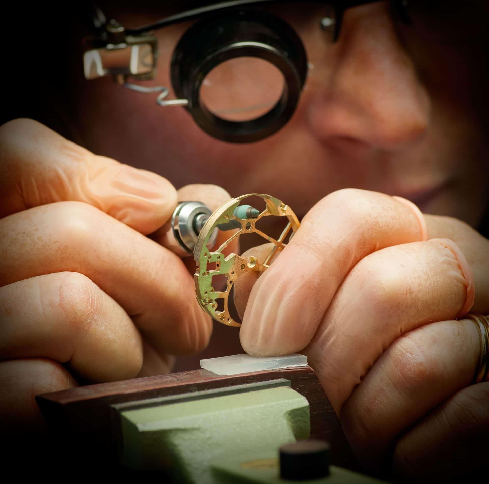 Auch bei maschinell gefertigten skelettierten Uhrwerken ist Handarbeit gefragt