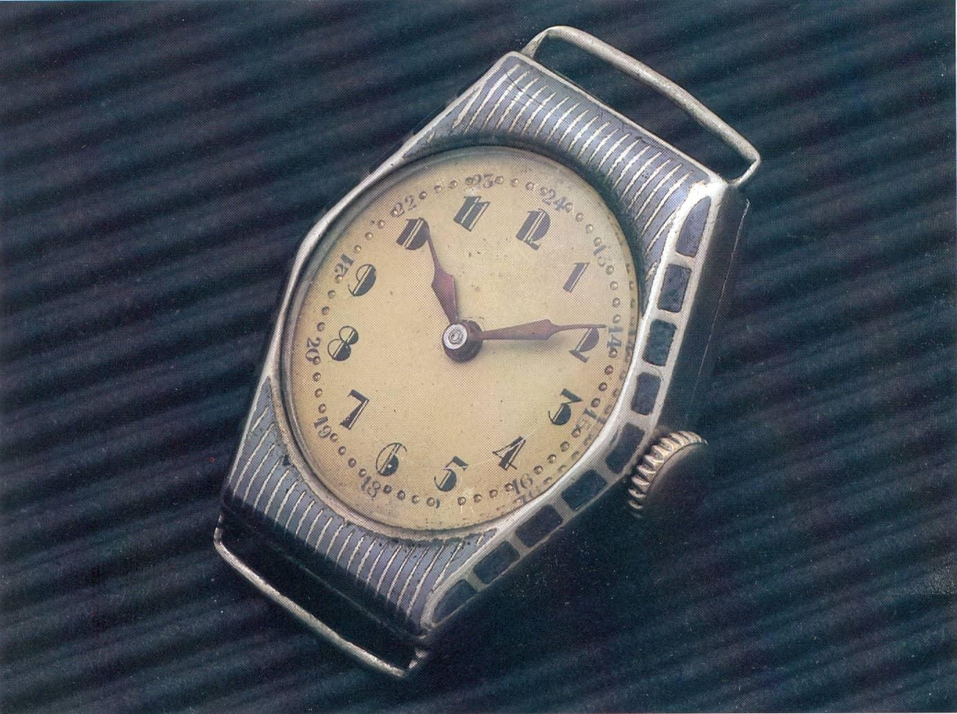 Auch diese anonyme Armbanduhr mit Tulasilber-Gehäuse stammt aus den wilden Zwanzigern und war noch aus Silber