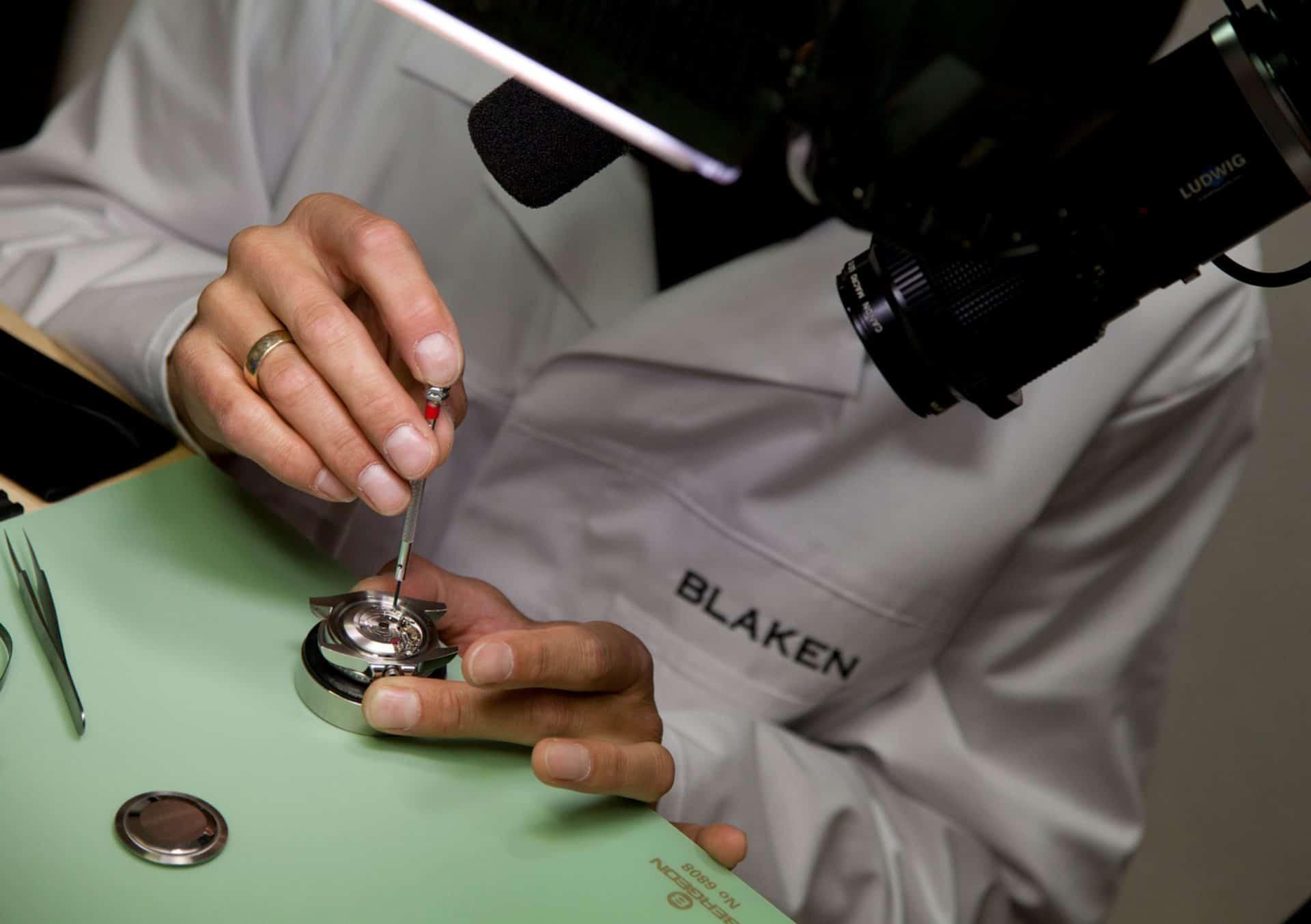 Blaken Manufaktur: Montage eines Uhrwerks im Gehäuse