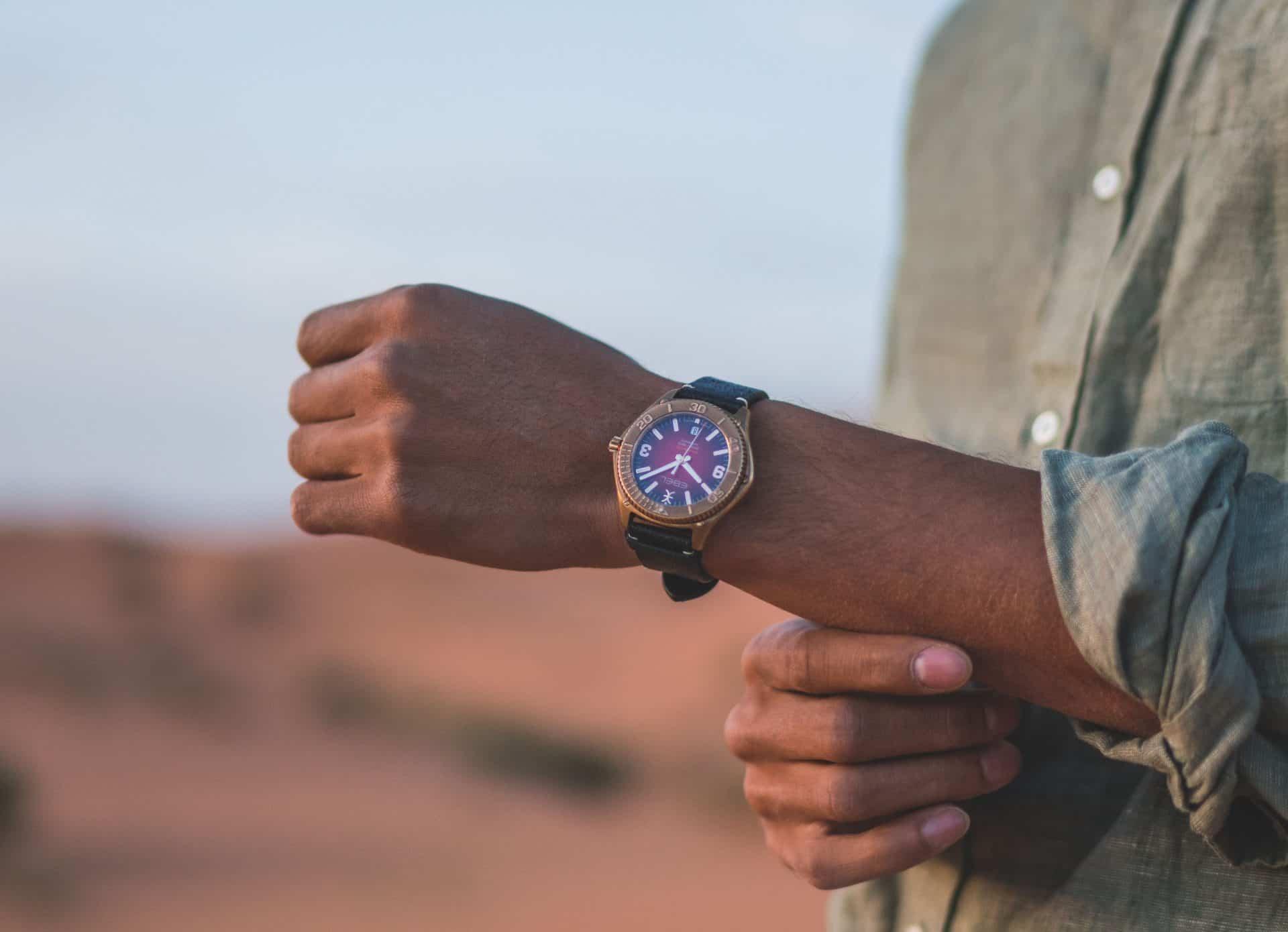 """Ebel sieht rot bei der neuen """"Discovery Bronze"""". Diese Armbanduhr wendet sich an beide Geschlechter und ist ab Oktober 2020 lieferbar."""