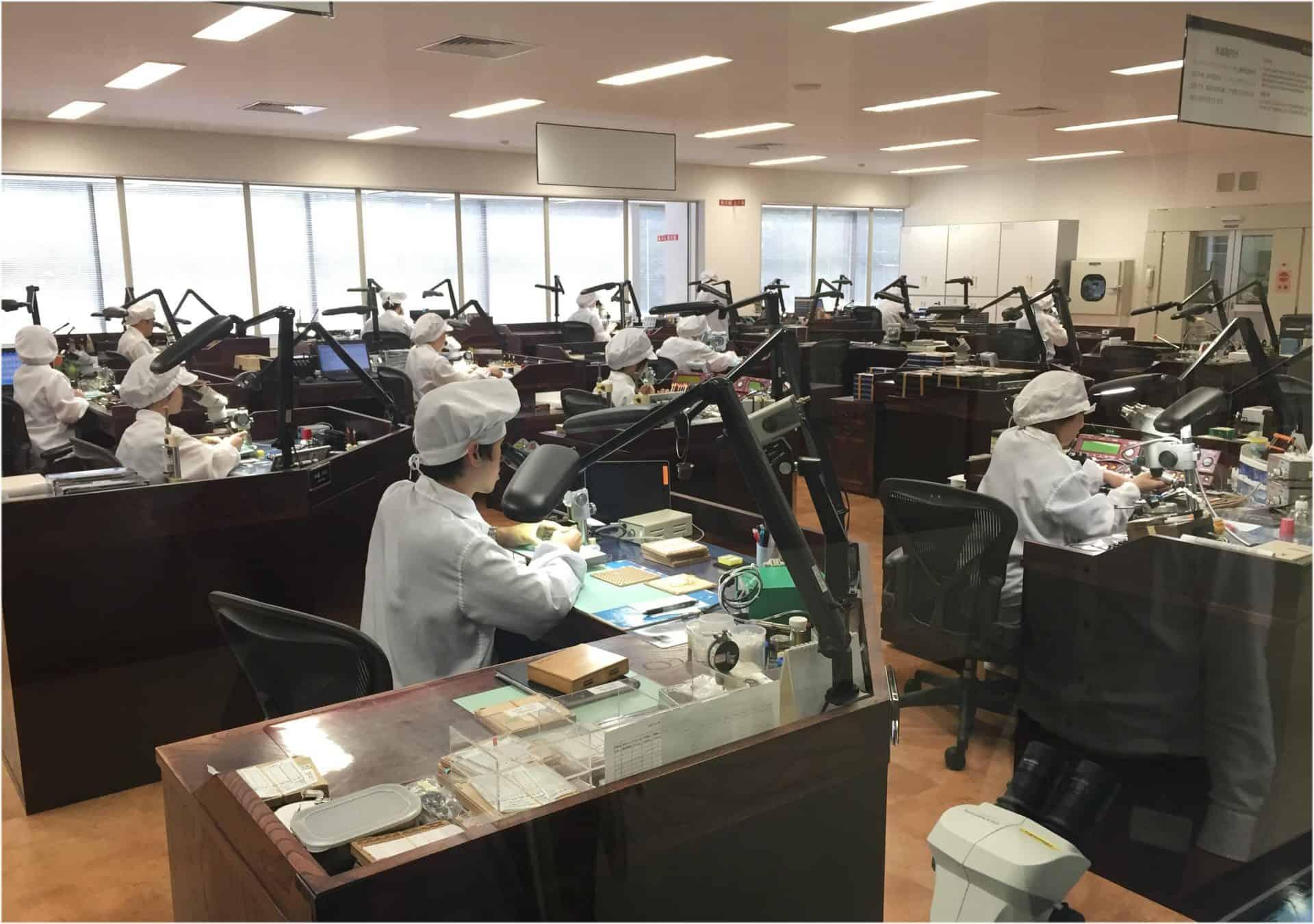 """Die Herstellung von """"Grand Seiko"""" Kalibern und Armbanduhren bleibt hoch qualifizierten Spezialisten vorbehalten."""