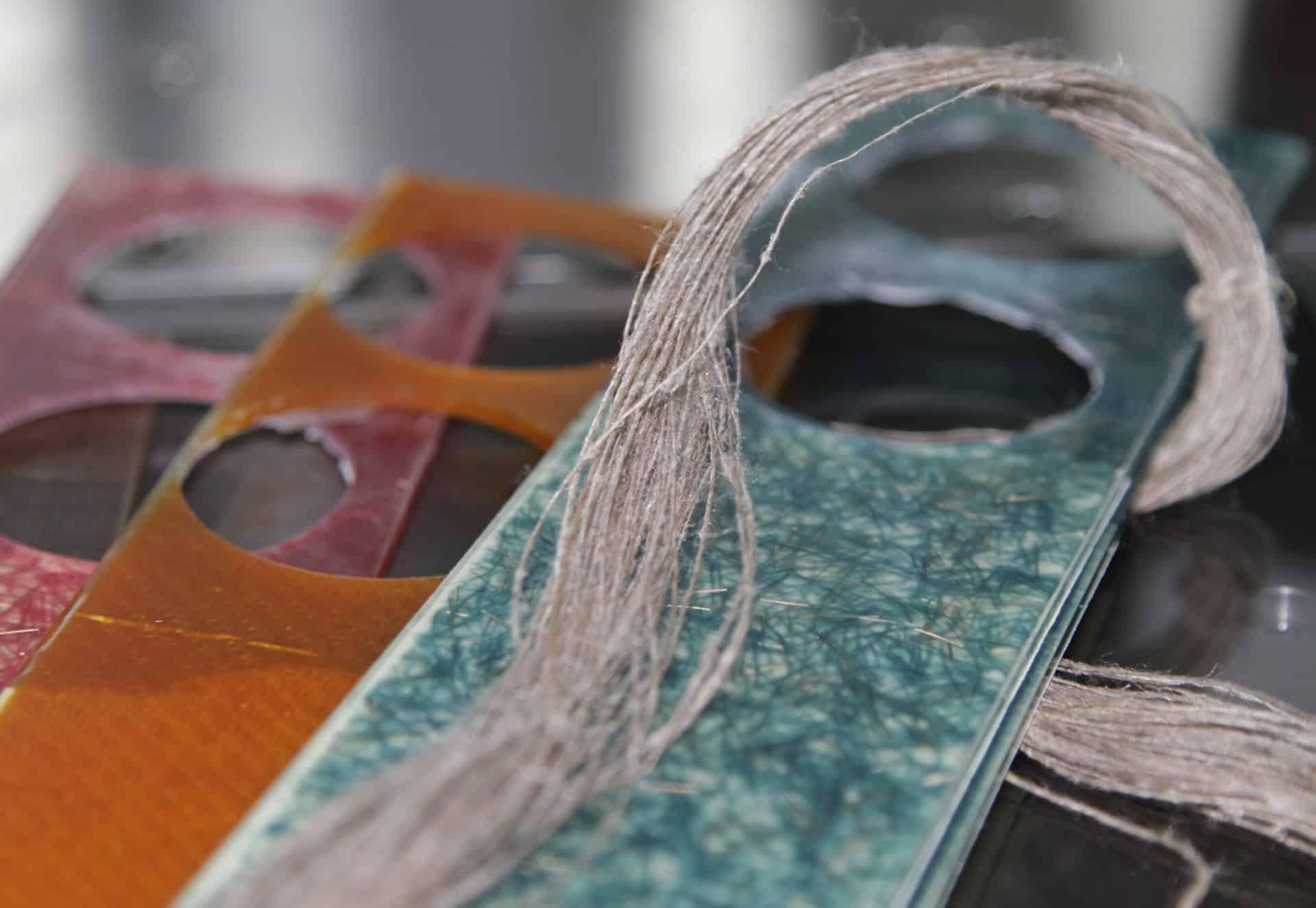 Natürliches Leinen ist der Ausgangsstoff für leichte Uhrengehäuse aus gewebtem Leinen und Kunstharz