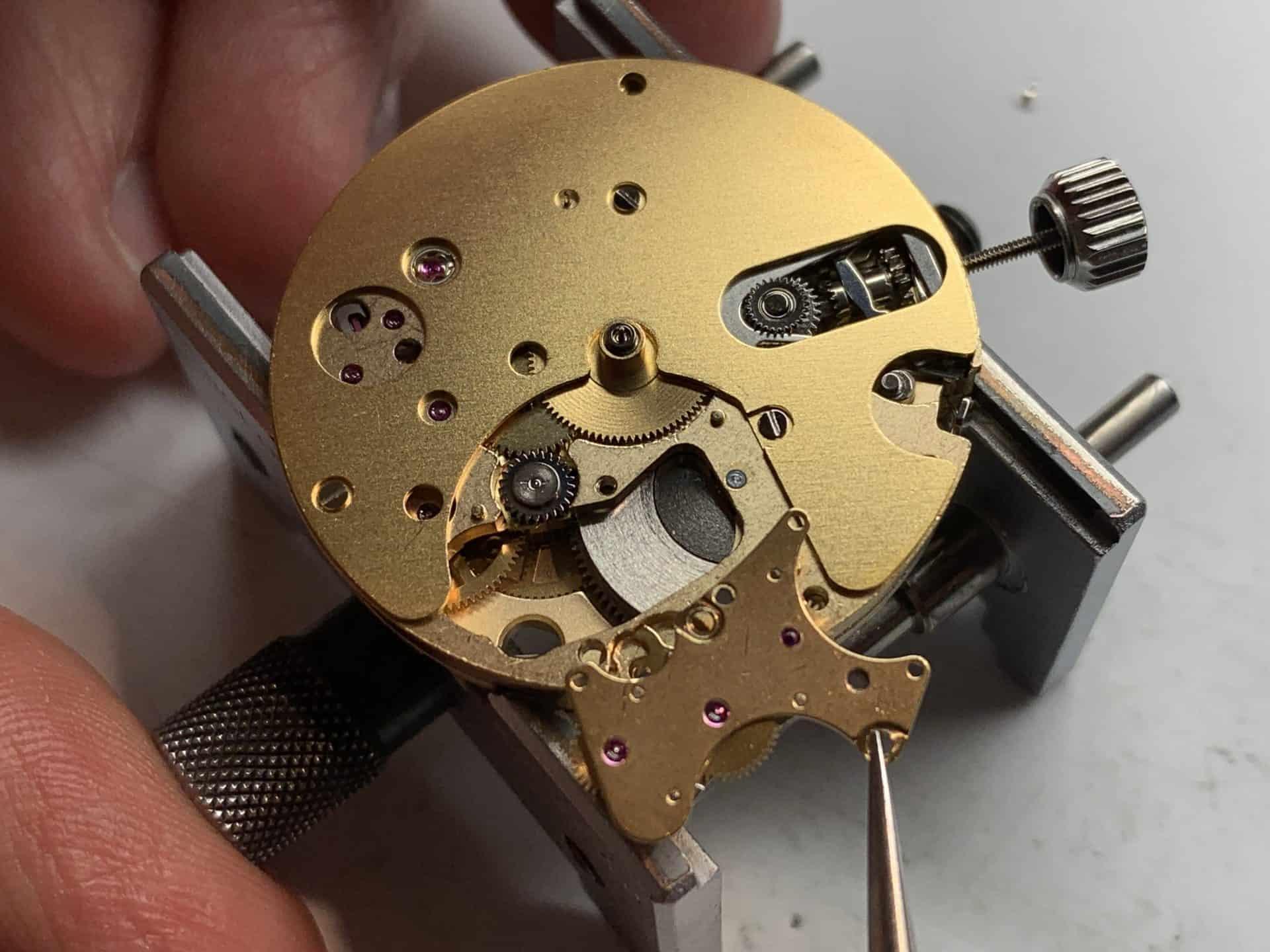 Vorderseite des Valjoux/Eta 7750 basierten Chronographenkalibers 79240 mit gelöstem Umlenkmodul für die Permanentsekunde