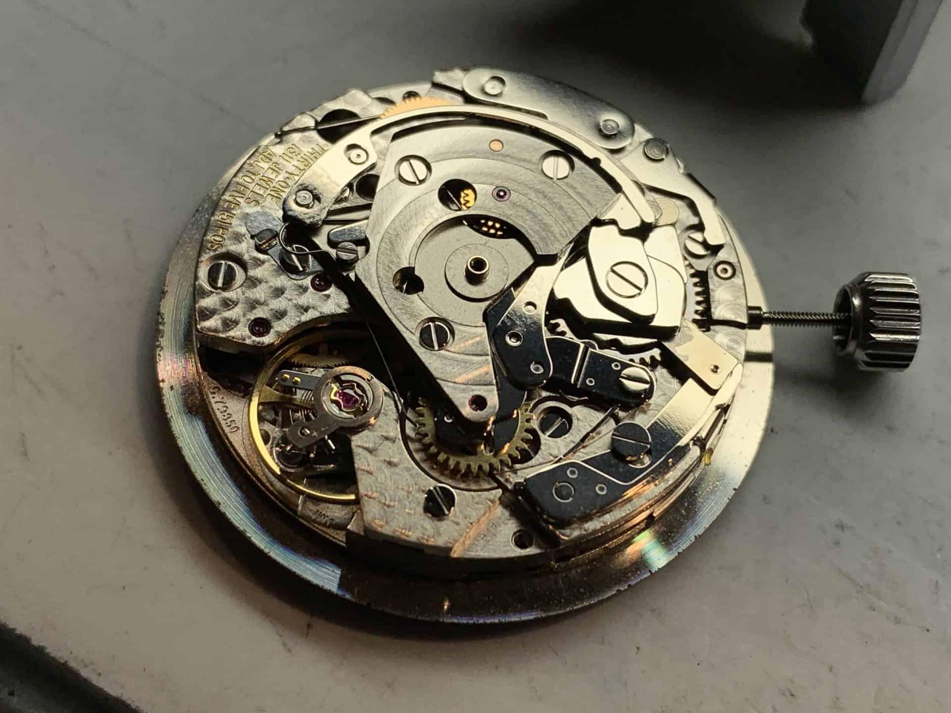 """Im """"Portugieser Chronograph"""" Referenz IW371480 findet sich das oben abgebildete Kaliber 79350. Sein Rotos ist demontiert. Gegenüber dem 79240 besitzt des eine rhodinierte Oberfläche und eine zierende Perlage."""