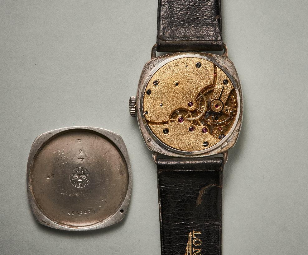 Uhrwerk und Silbergehäuse der Longines Uhr