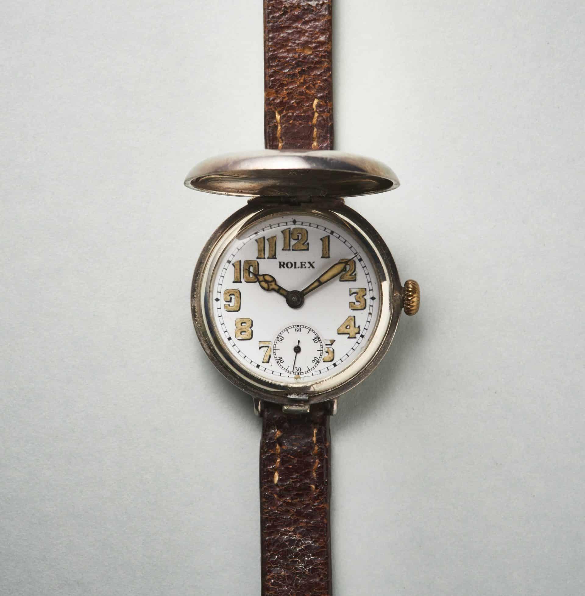 Die Rolex Savonnette Uhr hat ebenfalls ein Silbergehäuse und einen silbernen Deckel