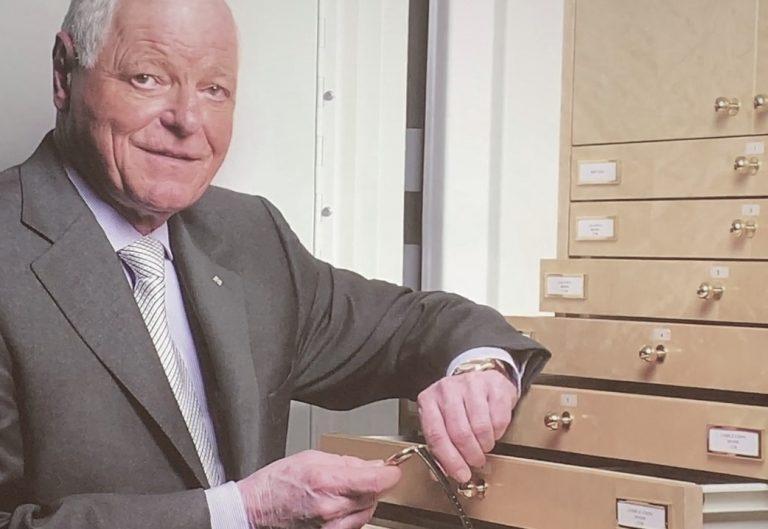 Philippe Stern im Patek Museum mit einem der 2.500 Ausstellungsstücke