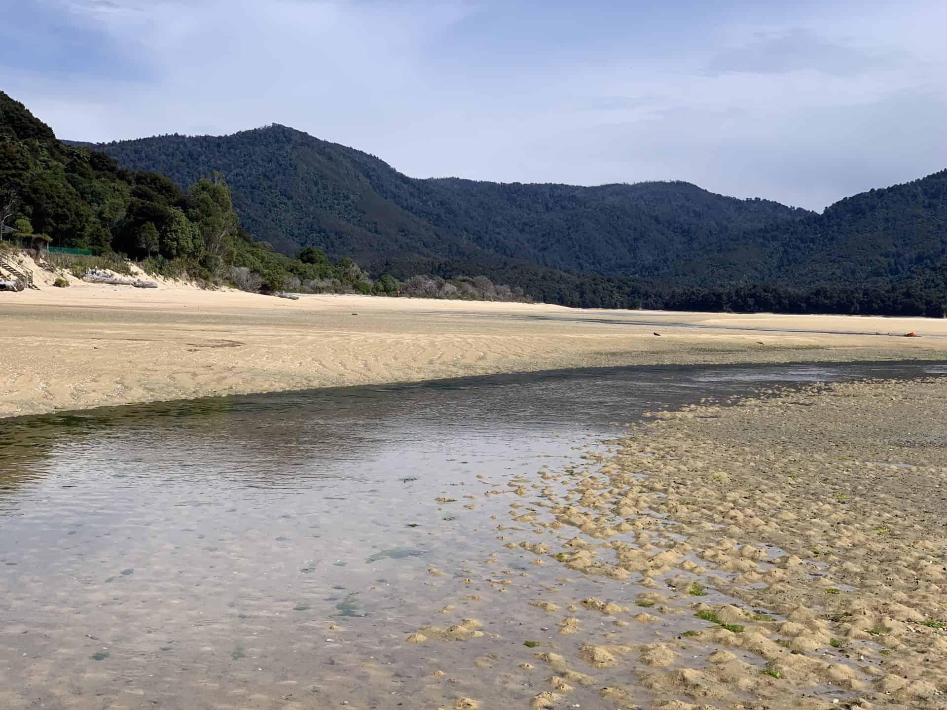 Ebbe an einem Strand am Pazifik