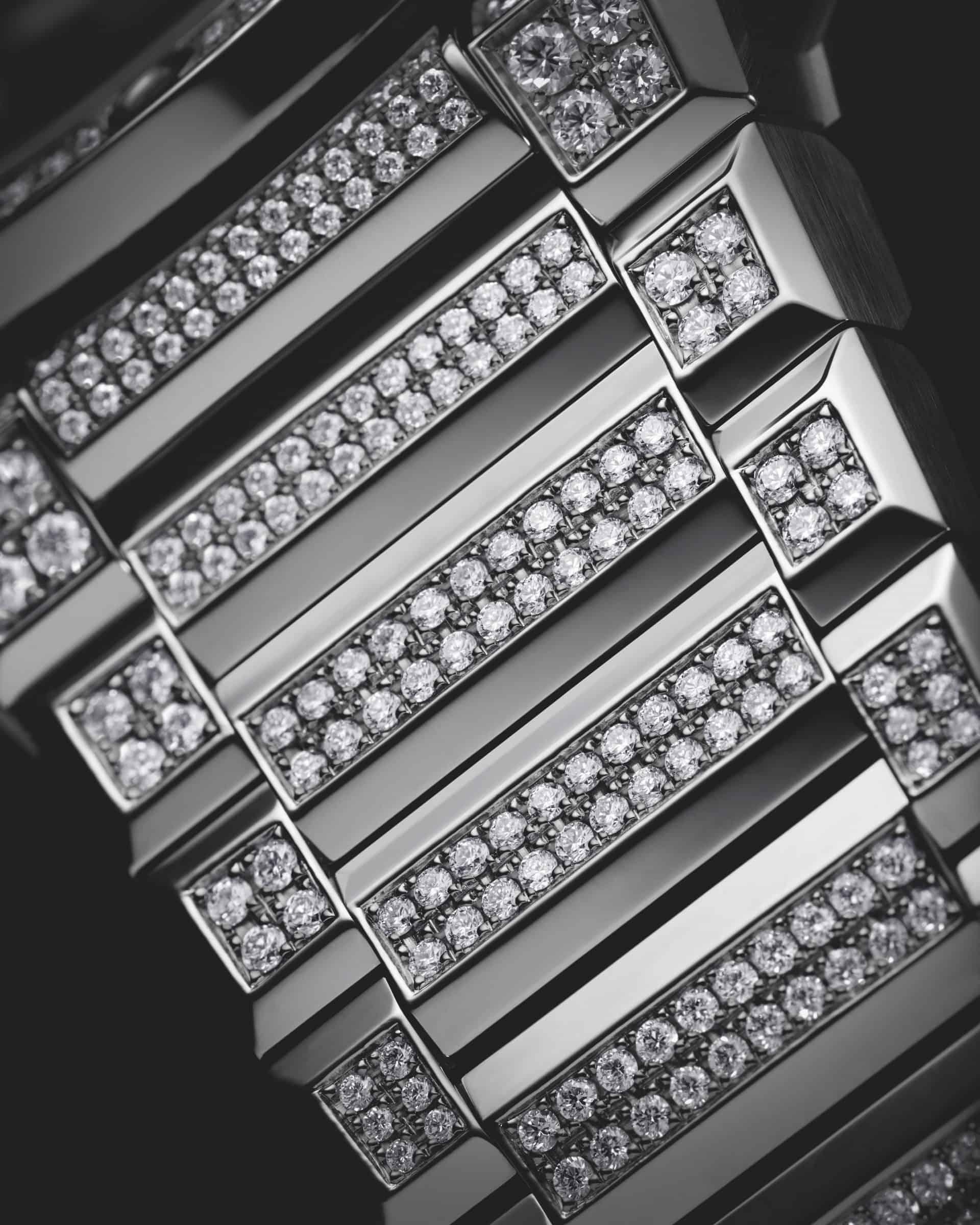 Die dichte Bestückung des Armbands mit Diamanten