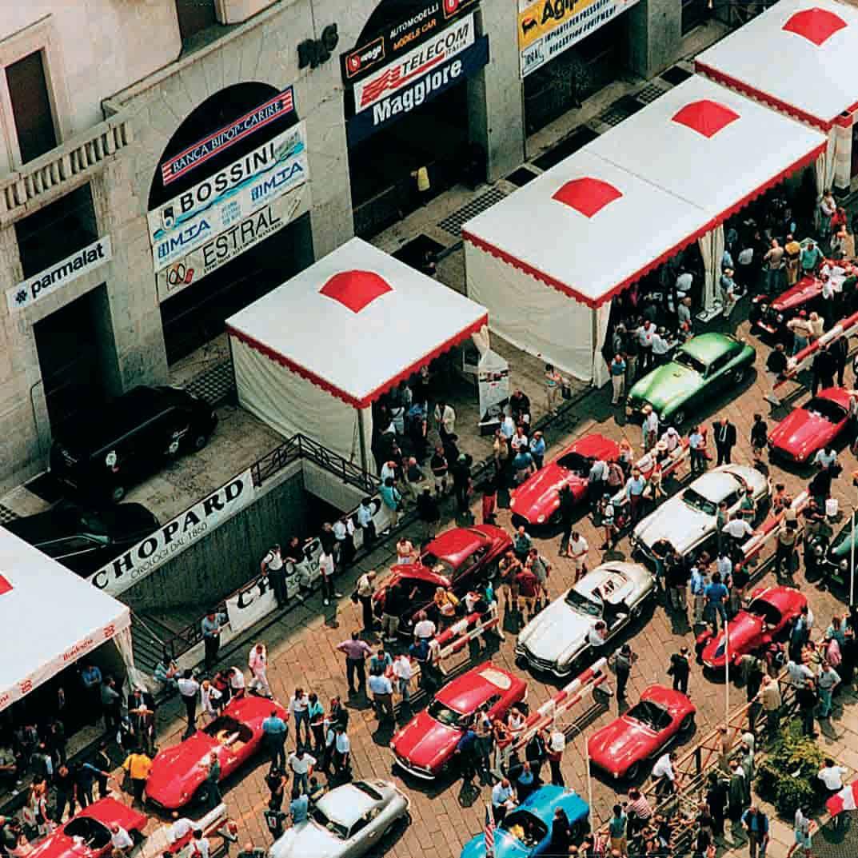 Menschenaufläufe gehören zu den Mille Miglia Oldtimer-Shows dazu