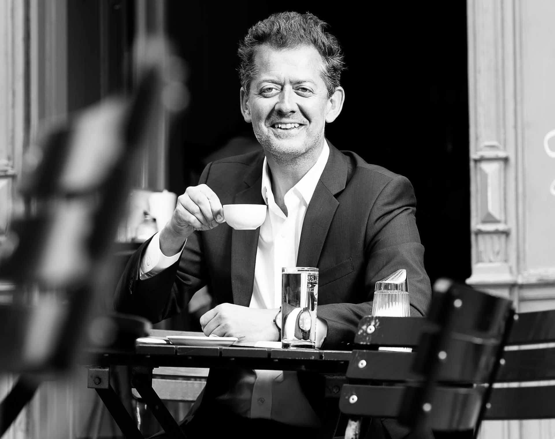 Miteigentümer Robert Punkenhofer beim Wiener Pflichtvergnügen - dem Besuch eines Kaffeehauses