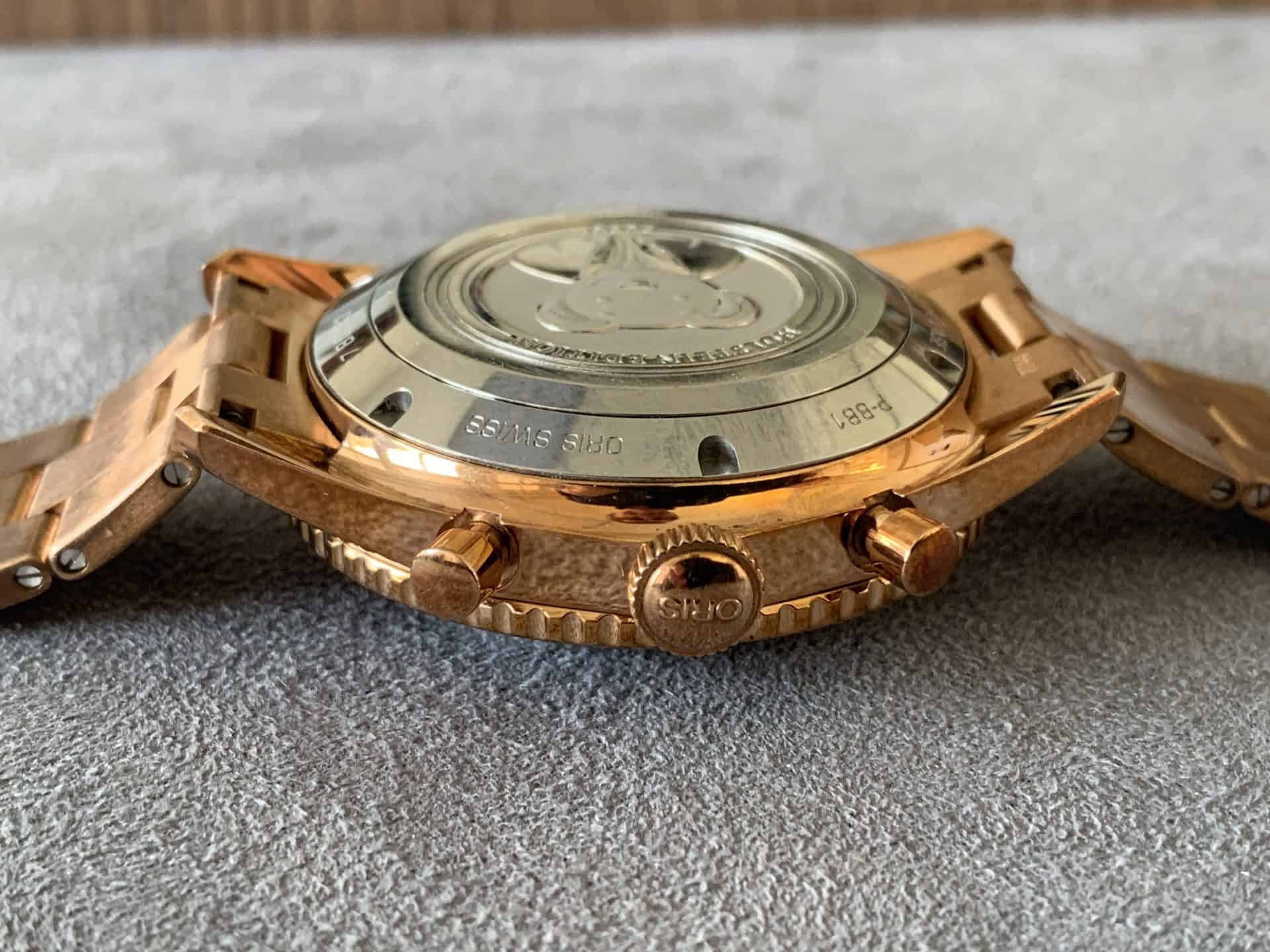 Auch Bronze - die Schraubkrone und die beiden Chronographendrücker des limitierten Oris Divers Sixty-Five Chronographen