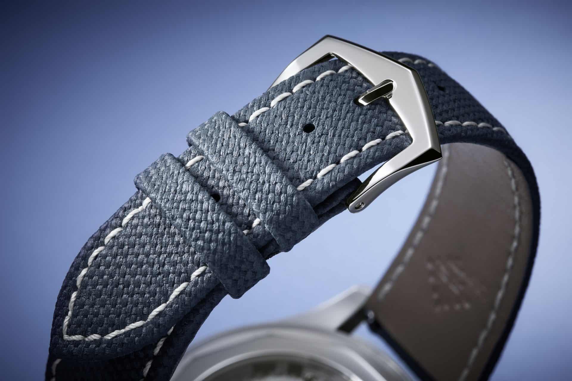 Das Armband ist kein textiles Material, sondern geprägtes Kalbsleder