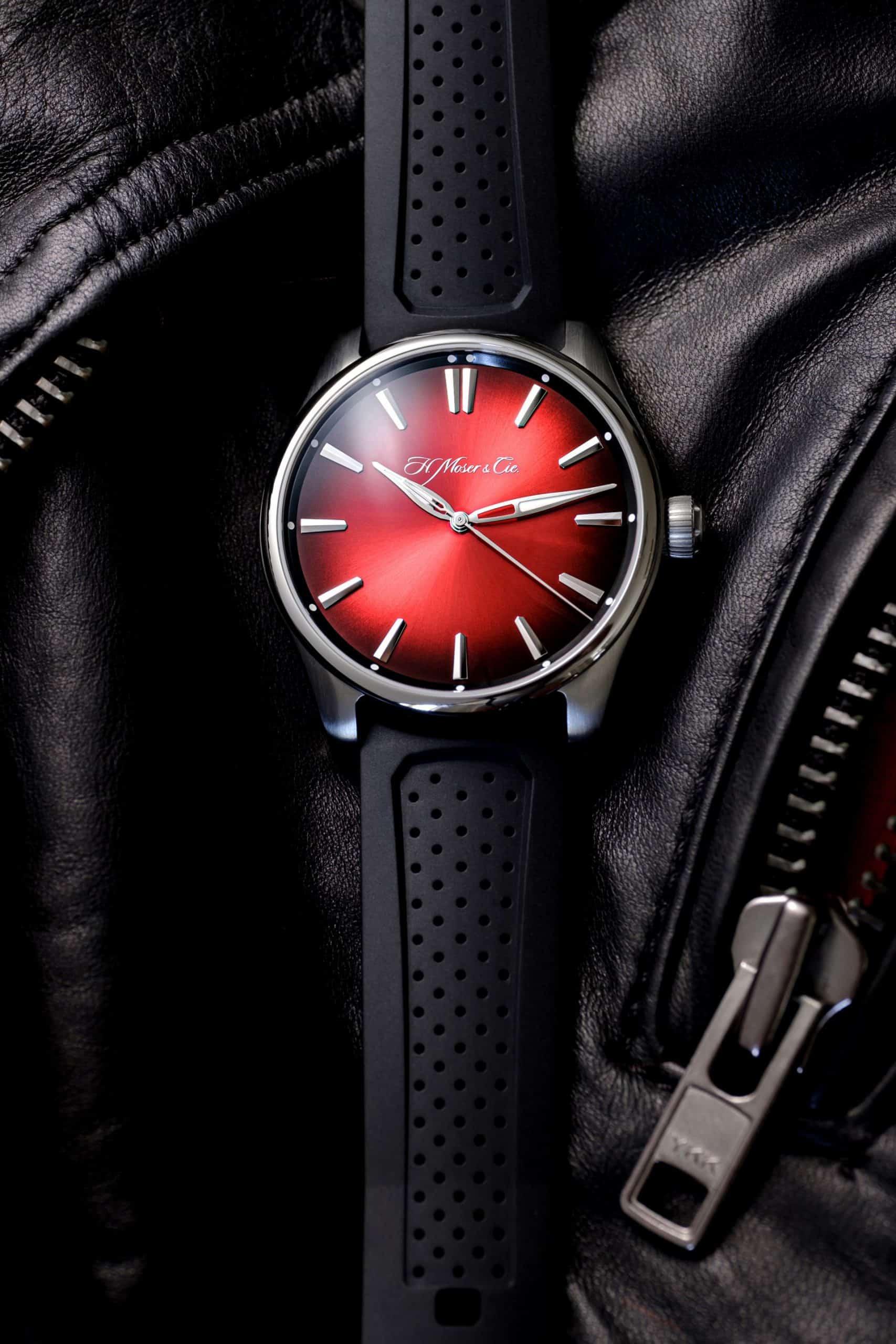 Das Zifferblatt der H. Moser Uhr Pioneer Centre Seconds Swiss Mad Red ist unübersehbar.
