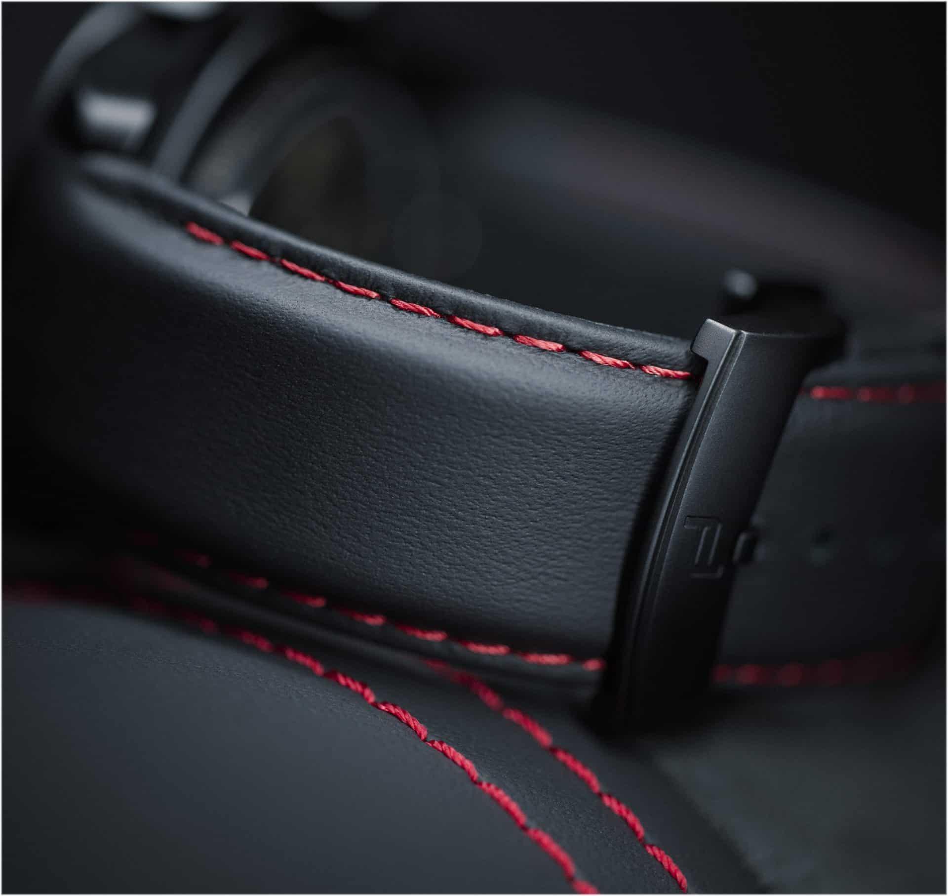 Die Porsche Design Ziernähte des Uhrbands lassen sich dem Stil des Autos anpassen