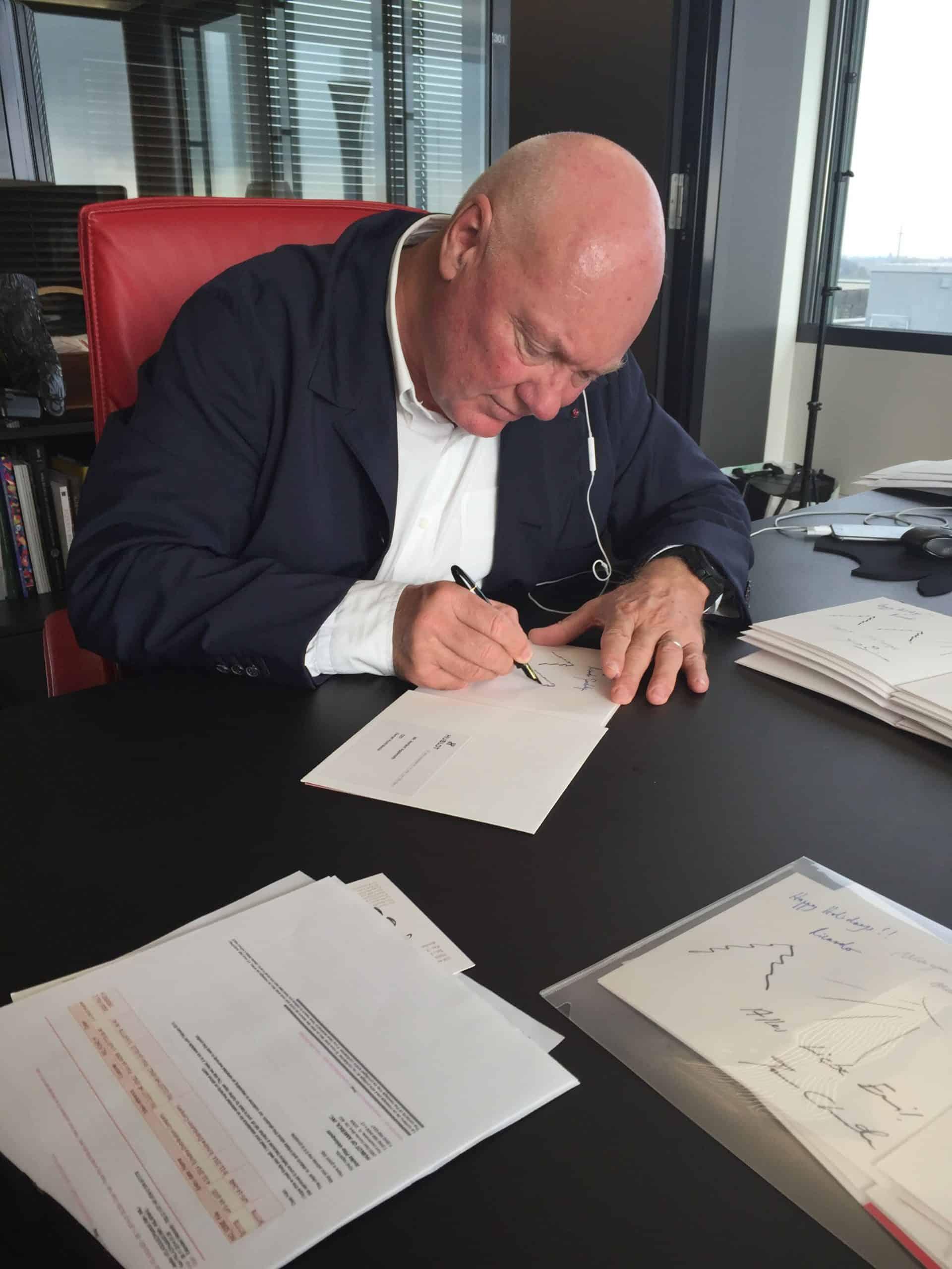 Der damalige CEO Jean-Claude Biver bei der Arbeit an seinem Schreibtisch