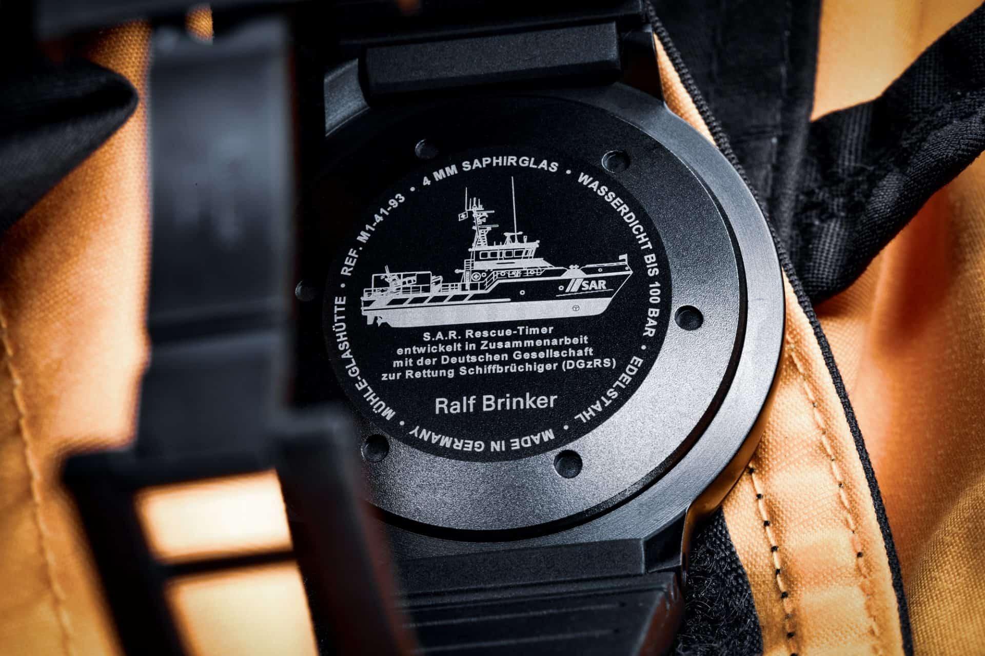 Der Gehäuseboden zeigt die gute Absicht für diese hoch belastbare Armbanduhr mit PVD Beschichtung