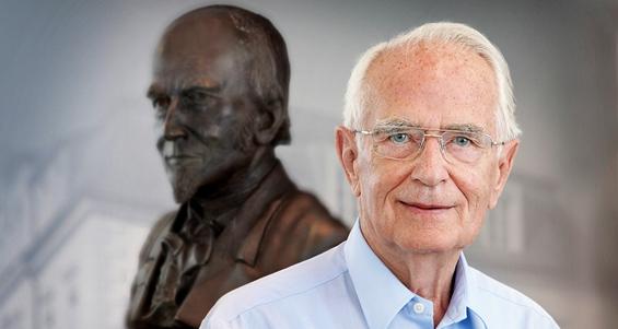 Walter Lange vor der Bronze-Büste seiner Urgroßvaters Ferdinand Adolph