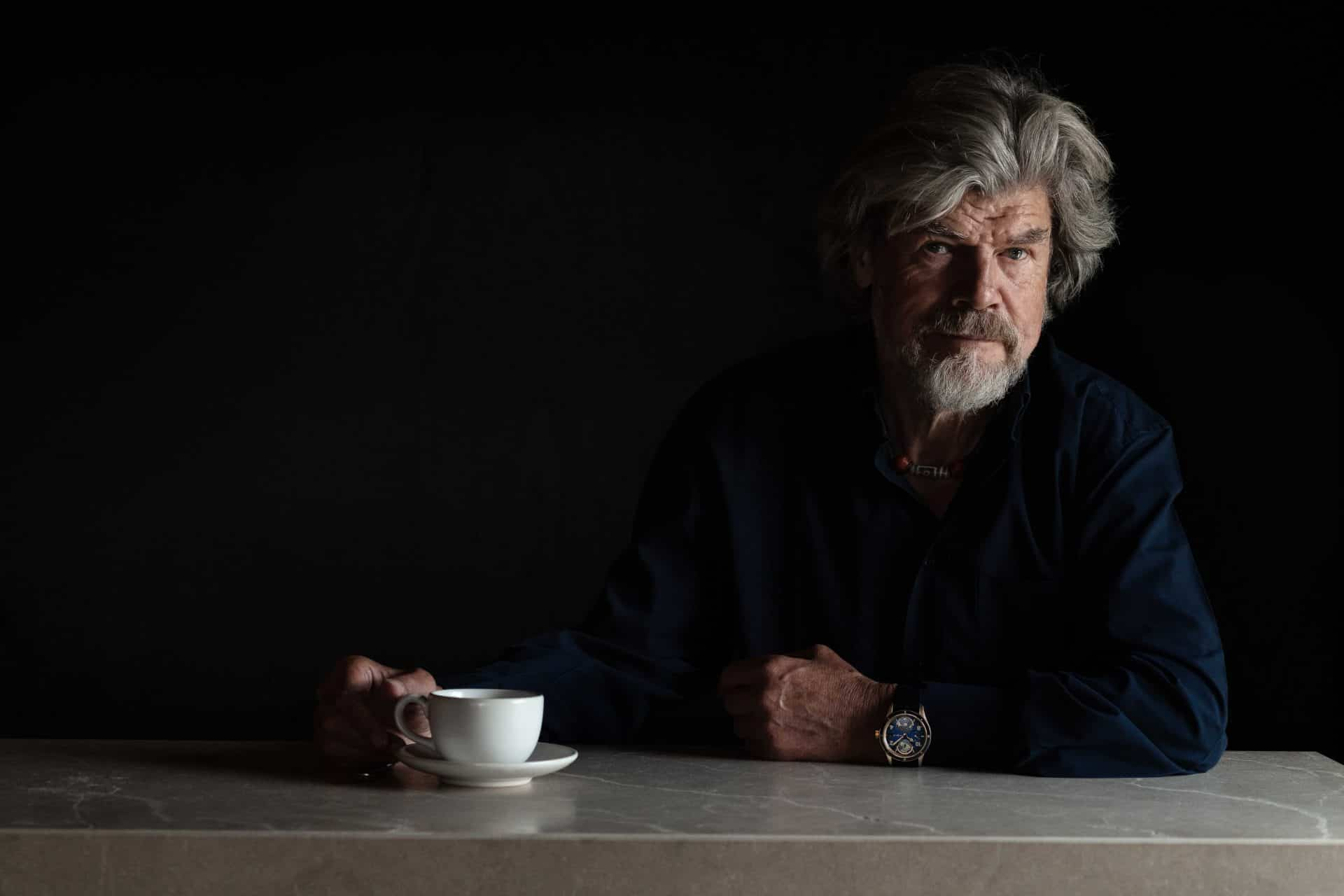 Ein nachdenklicher Reinhold Messner mit der Montblanc 1858 Geosphere am Handgelenk