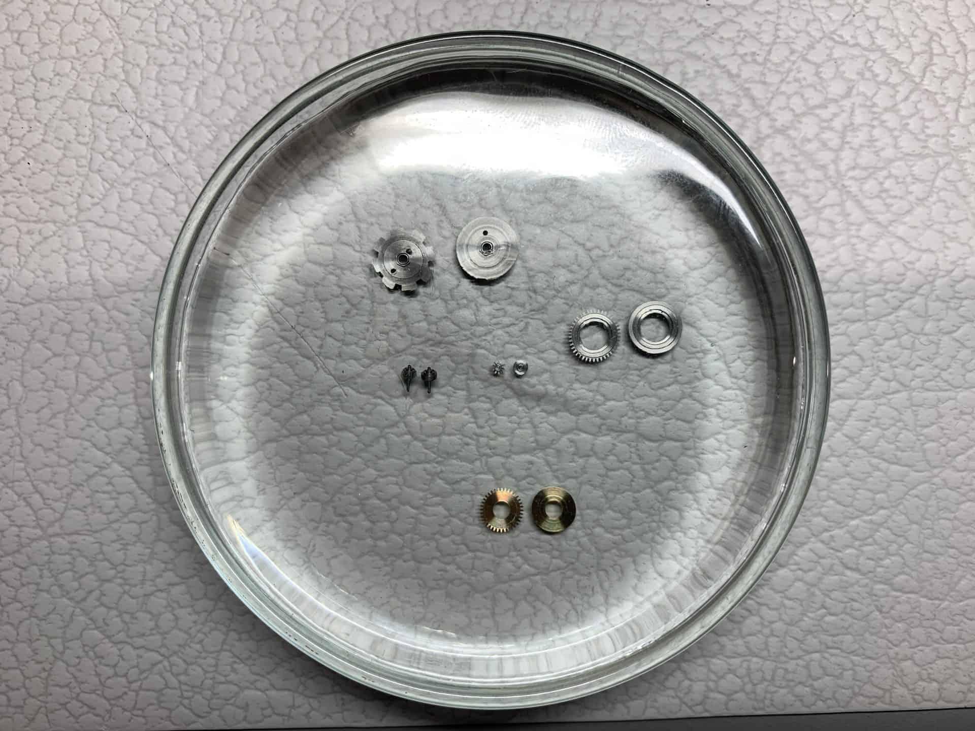 Uhrwerksteile wie sie in der Nomos Glashütte Manufaktur Schlottwitz entstehen