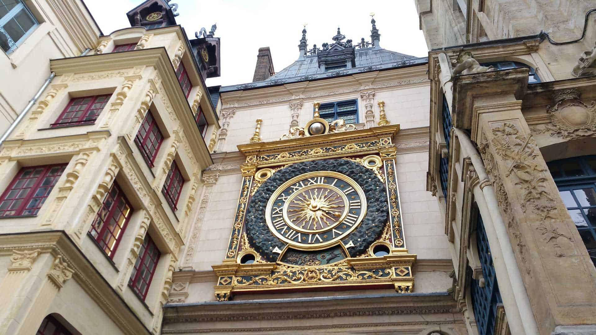Die mittelalterliche Uhr mit Viertelstundenschlag im französischen Rouen von 1389