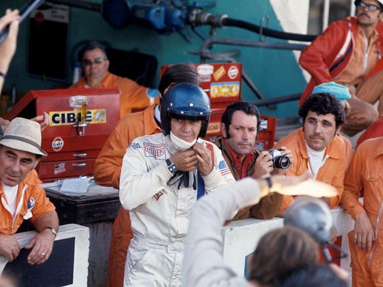 Steve McQueen Heuer Monaco und sein Mechaniker Haig Alltounian   Bild Bernard Cahier - Getty Images